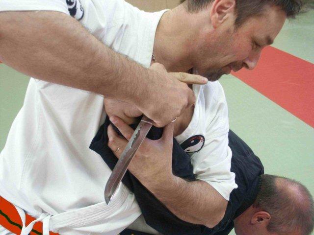 Entrainement adulte, Défense contre poignard
